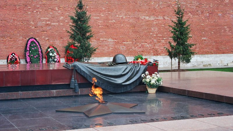 Память о подвигах Советских Вооружённых сил священна!